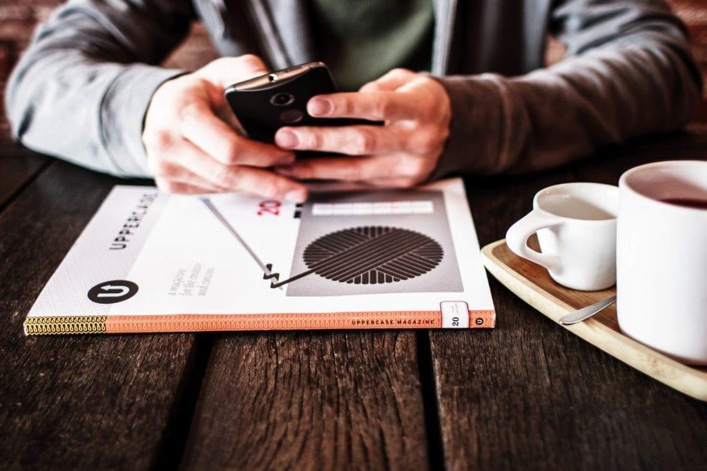 image de couverture mains sur un téléphone